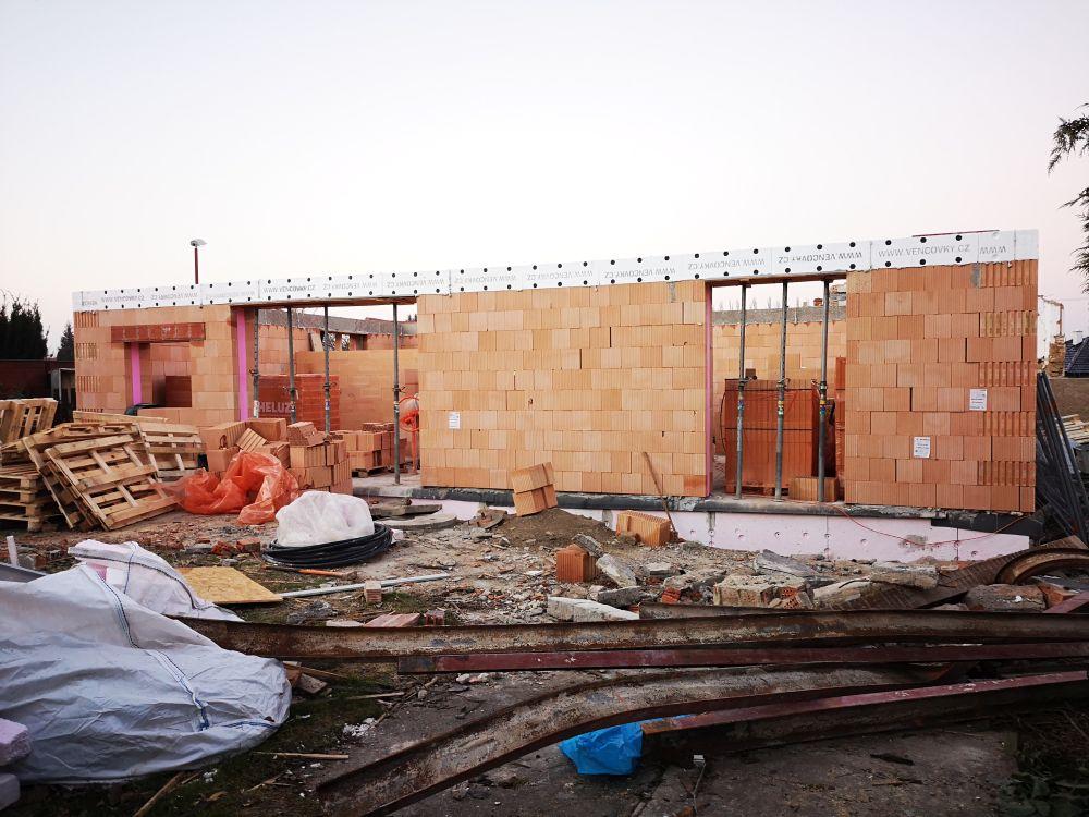 Výbuchem zničený domov nahradil moderní dům slide 6