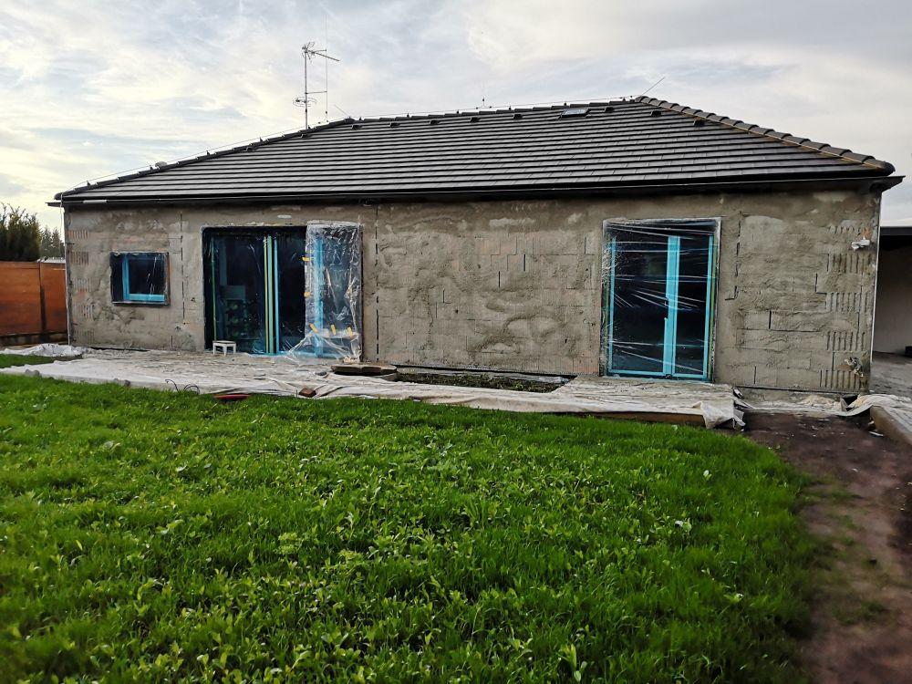Výbuchem zničený domov nahradil moderní dům slide 7