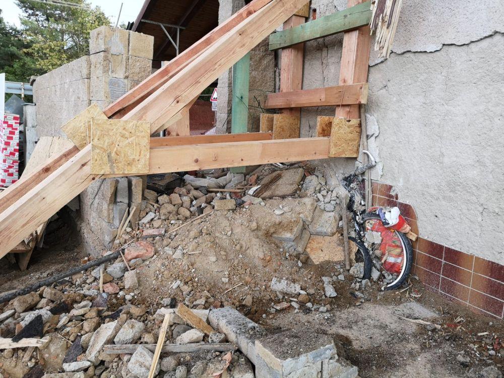Výbuchem zničený domov nahradil moderní dům slide 5