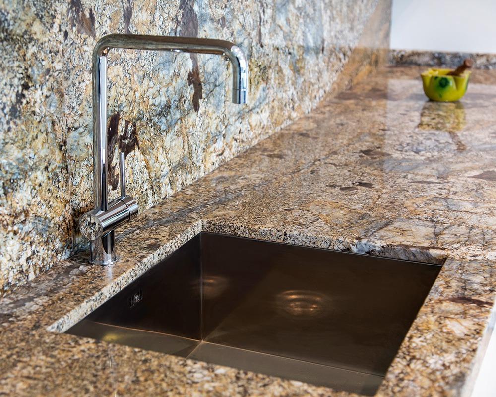 Velké formáty materiálů rezonují v realizacích domů i bytů slide 10